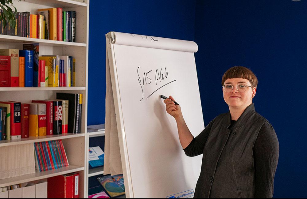 geRechtsanwältinnen: Friederike Boll bei einer Schulung